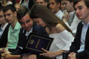 В Запорожье школьники получили денежные премии за достижения в учебе - ФОТО