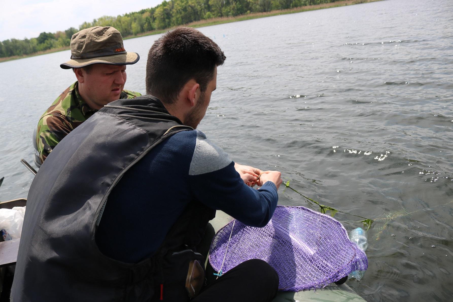 В Запорожье в ходе экологической акции «Спасем Днепр вместе!» в реке установили 1200 нерестовых гнезд
