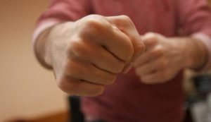 В Запорожье вымогатель накинулся с кулаками на мужчину и потребовал у него тысячу долларов