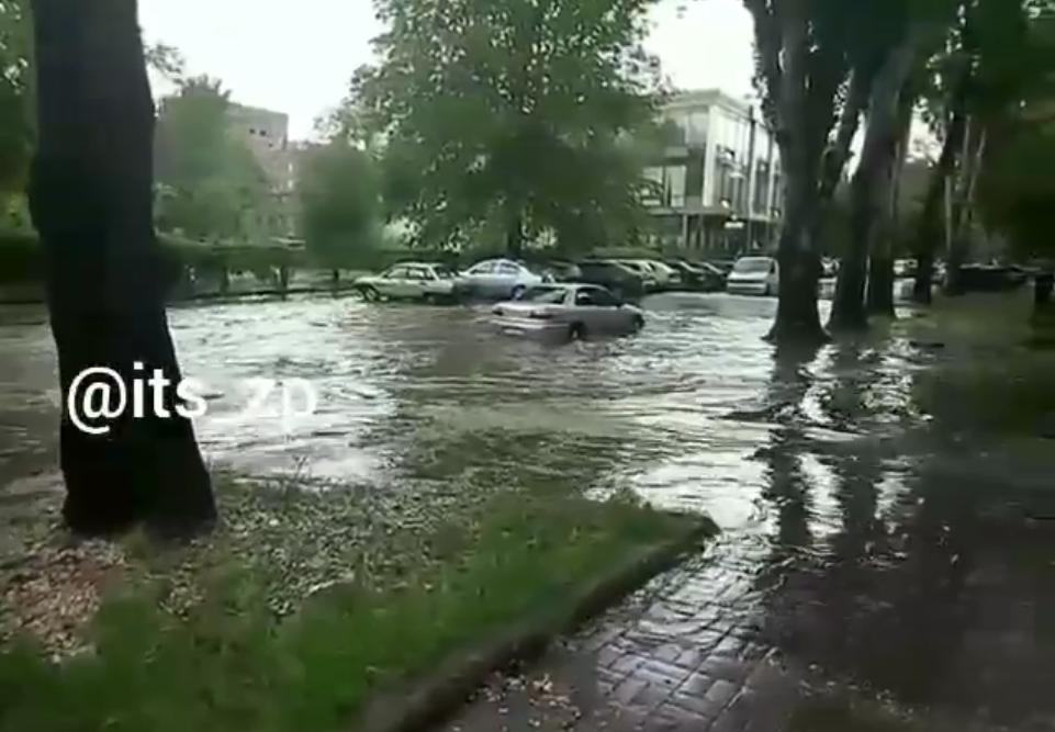 В Запорожье автомобили «утопают» в воде из-за неработающих ливневок- ВИДЕО