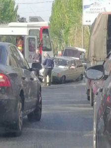 В Запорожье дорогу не поделили легковушка и трамвай - ФОТО