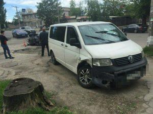 Капот всмятку: в Запорожье на развилке микроавтобус протаранил BMW – ФОТО