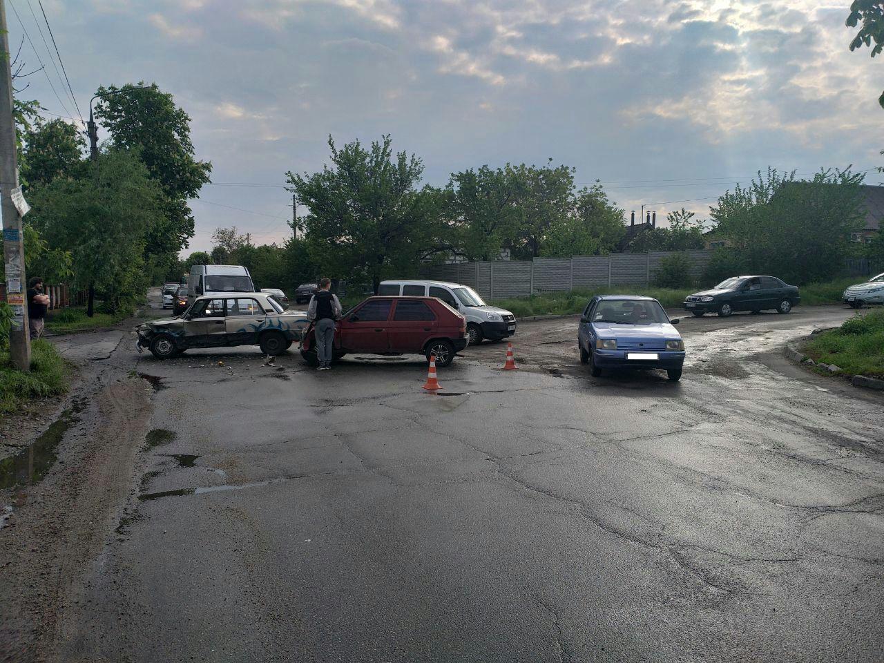 В Запорожье две легковушки не поделили дорогу на перекрестке и заблокировали движение – ФОТО