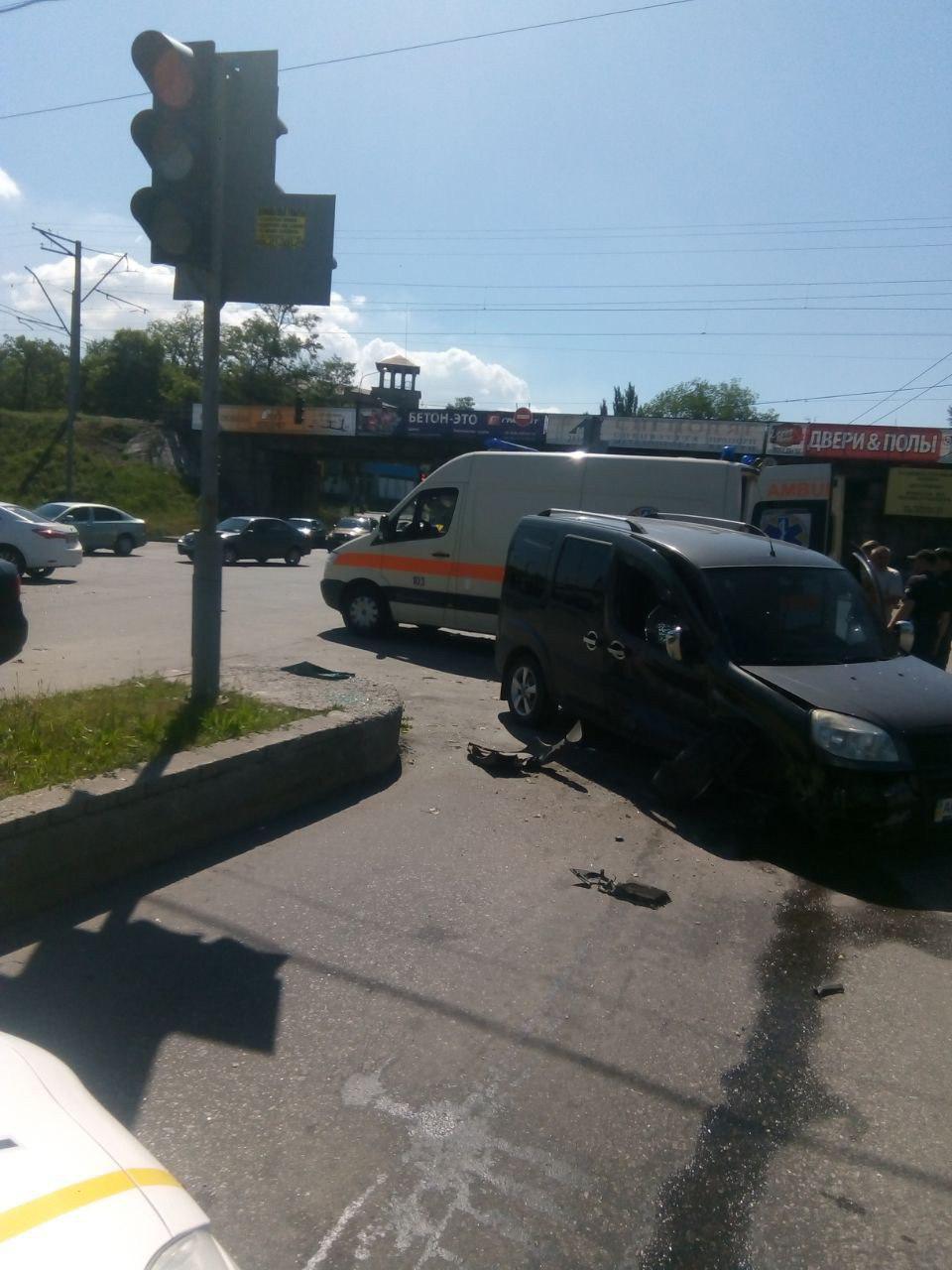 В Запорожье две легковушки столкнулись на Тюленина: есть пострадавшие - ФОТО