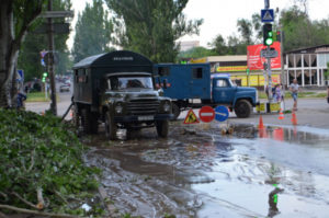 Перекрытое движение транспорта и вода по всей улице: в Запорожье прорвало водопровод - ФОТО