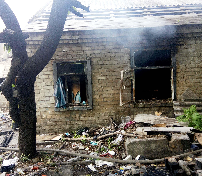 В Запорожье тушили пожар в заброшенном доме - ФОТО