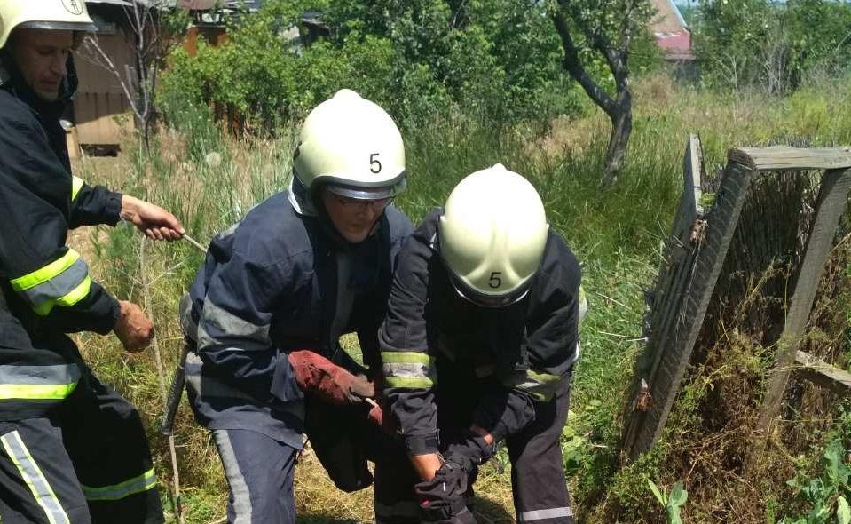 В Запорожье мужчина упал в 12-метровый колодец: его доставали спасатели - ФОТО