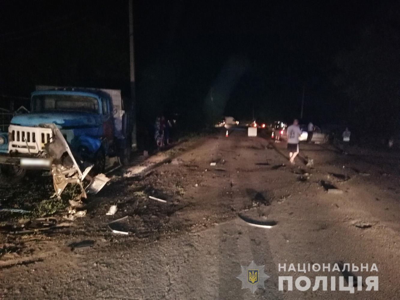 У Запорізькій області легковик влетів в припарковану вантажівку: загинув водій - ФОТО