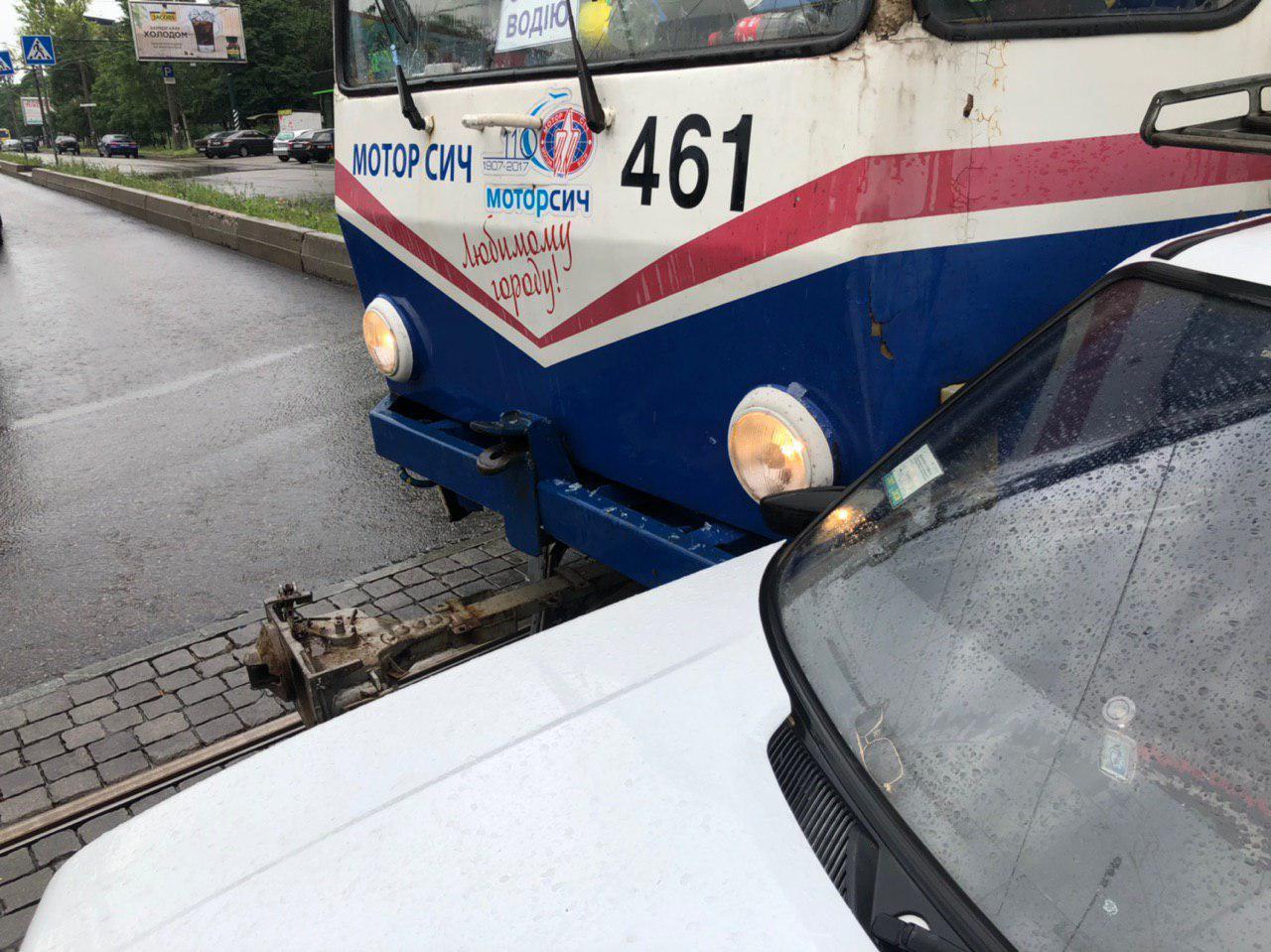 В Запорожье столкнулись легковушка и трамвай - ФОТО