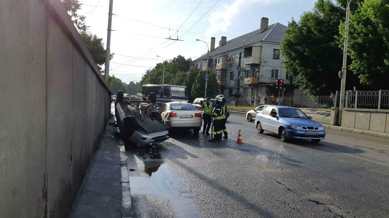 В Запорожье в результате ДТП автомобиль перевернулся на крышу: есть пострадавшие - ФОТО, ВИДЕО
