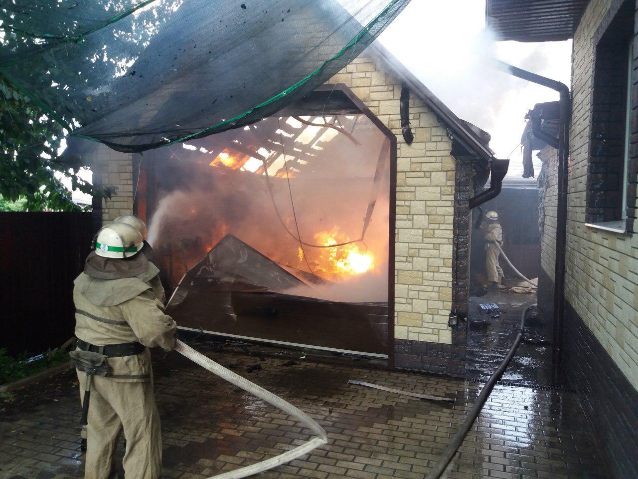 У Запорізькій області згоріла прибудова до будинку: пожежу гасили кілька годин - ФОТО
