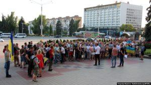 Жители Запорожья вышли на митинг по поводу прекращения войны на Донбассе на украинских условиях – ФОТО