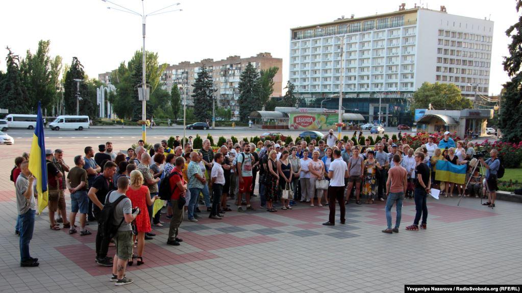 Мешканці Запоріжжя вийшли на мітинг з приводу припинення війни на Донбасі на українських умовах - ФОТО
