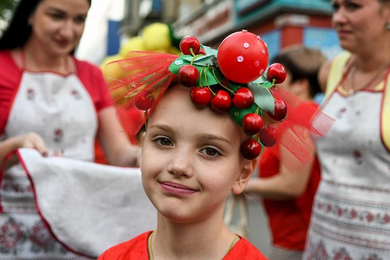 Праздничное шествие, множество вкусностей и фотозон: в Запорожской области провели фруктовый фестиваль «Черешнево» - ФОТО