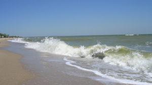 На запорізькому курорті врятували сімох відпочиваючих, яких на надувних матрацах відносило в море