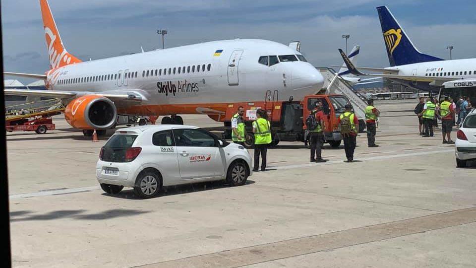 Лоукустер Sky Up майже на сім годин затримав рейс з Барселони до Запоріжжя і переплутав пасажирів двох міст