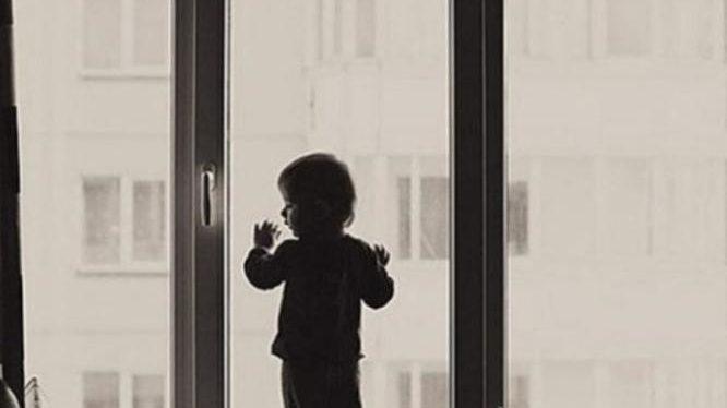 У Запоріжжі дворічний малюк випав з вікна багатоповерхівки і розбився