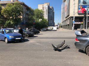 У Запоріжжі на центральному проспекті зіткнулися два легковики - ФОТО