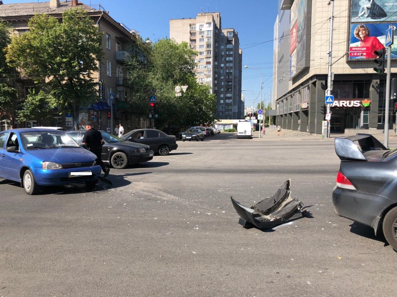 В Запорожье на центральном проспекте столкнулись две легковушки – ФОТО