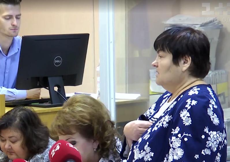 Запорожский районный суд  снял арест на 11 тысяч долларов, которые нашли у судьи, подозреваемой во взяточничестве