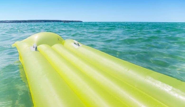 На курорте Запорожской области женщину с тремя детьми унесло в море на надувном матрасе