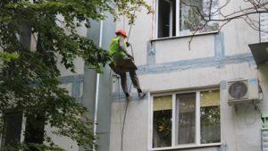 У Дніпровському районі Запоріжжя ремонтують фасади багатоповерхівок - ФОТО