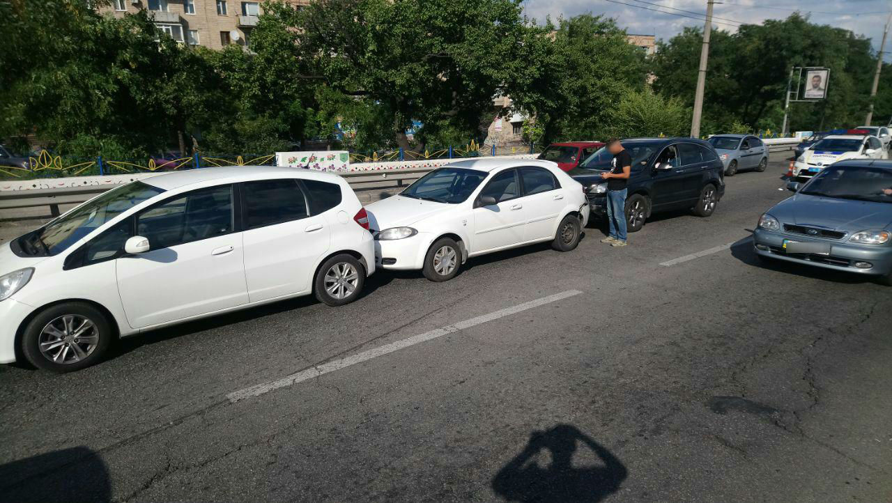 У Запоріжжі на дамбі автоледі спровокувала потрійне ДТП - ФОТО