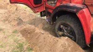 У Запорізькій області дві вантажівки застрягли в піску - ФОТО