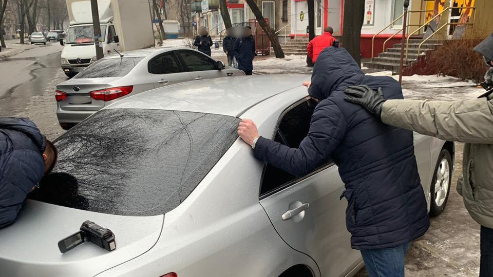 Запорожские СБУшники требовали взятки от мигрантов, чтобы не депортировать их за пределы страны