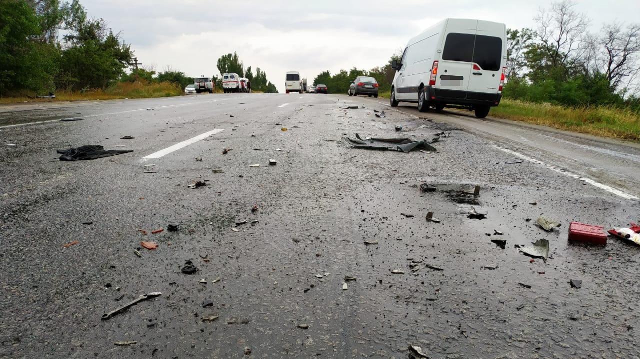 На запорізькій трасі зіткнулися маршрутка і легковик: дванадцять постраждалих - ФОТО