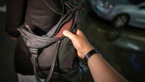 На курорті Запорізької області зловмисник викрадав жіночі сумки
