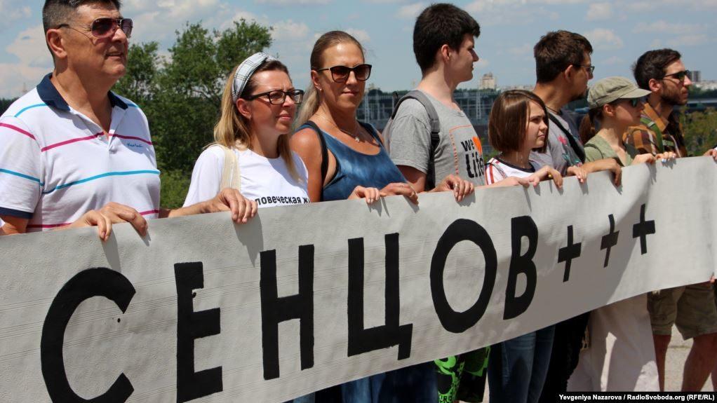 В Запорожье на Хортице состоялся флешмоб в поддержку Олега Сенцова - ФОТО