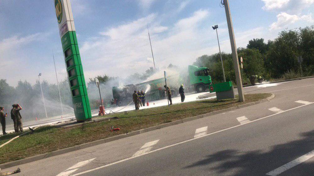 У Запоріжжі на заправці загорівся бензовоз - ФОТО