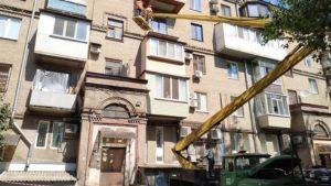 У центрі Запоріжжя ремонтують фасад багатоповерхового будинку