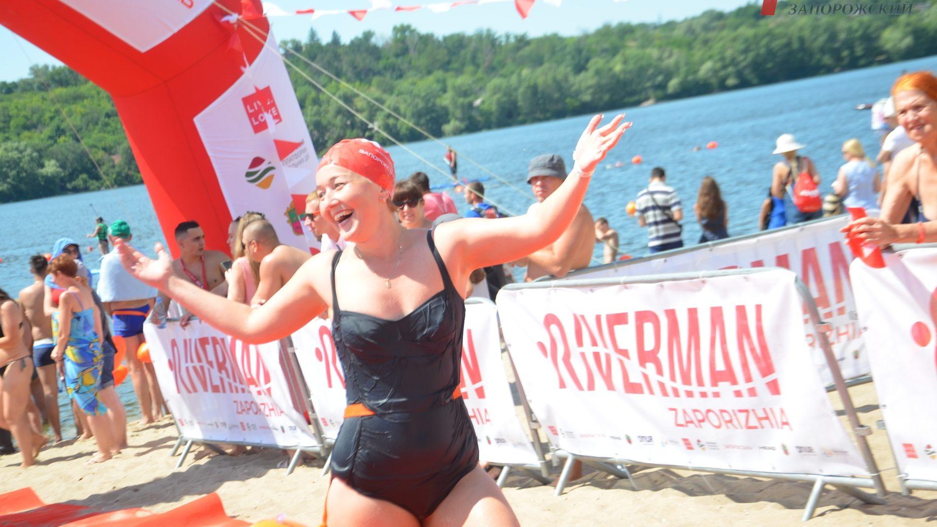 Медали, эмоции и настоящая битва пловцов: как в Запорожье прошел массовый заплыв через реку Днепр - ФОТО