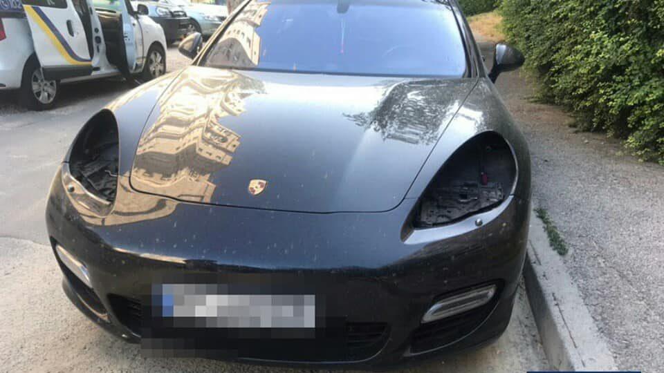 У Запоріжжі двоє зловмисників викрали фари з припаркованого автомобіля Porsche Panamera - ФОТО