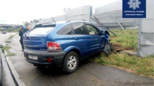 В Запорожье водительница на иномарке протаранила забор