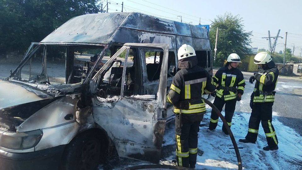 В Запорожье девять спасателей тушили горящую маршрутку – ФОТО, ВИДЕО