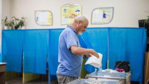 На одном из участков в Запорожской области обделили вниманием двоих кандидатов, чьи плакаты «забыли» повесить - ВИДЕО