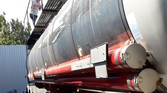 У Запоріжжі підприємець намагався провести 22 тонни нафти через кордон під виглядом розчинника
