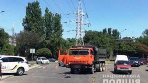 У Запоріжжі КАМАЗ на смерть збив пішохода на дорозі - ФОТО