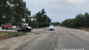 На Запорізькій трасі вантажівка зіткнулася з легковиком та перекинулася: водій загинув - ФОТО