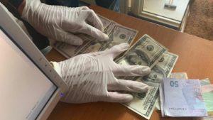 На Запоріжжі земельний чиновник погорів на хабарі в 400 доларів