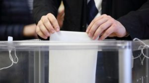 В Запорожье женщина пришла на избирательный участок в агитационной футболке - ФОТО