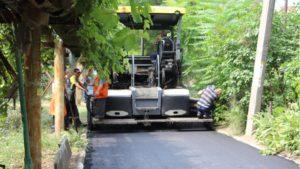 В Запорожье дорожники ремонтируют «убитые» внутриквартальные дороги - ФОТО