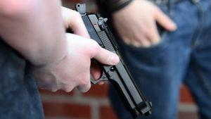В Запорожье задержали молодого парня, который разгуливал на улице с пистолетом