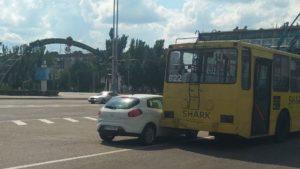 В Запорожье напротив ОГА троллейбус едва не «зацепил» легковушку, которую неудачно припарковали – ФОТО