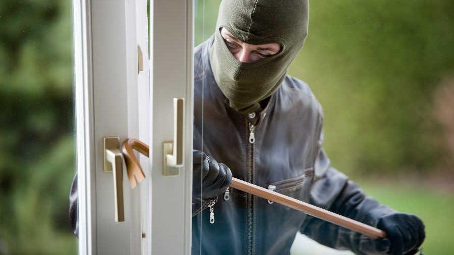 У Запоріжжі поліція розшукує грабіжника, який до смерті побив господаря будинку і викрав коштовності