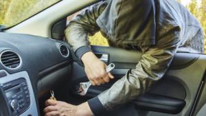 У Запоріжжі поліцейські зловили зловмисника, який вкрав з салону автомобіля мобільний телефон і плеєр