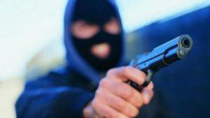 Озброєні зловмисники пограбували чоловіка у туалеті супермаркету